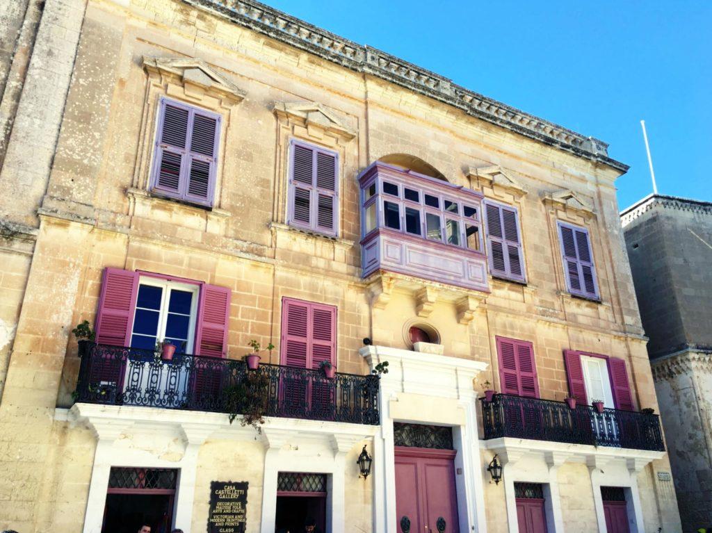 Mdina - stara kamienica z zdobnymi drzwiami, balkonami i okiennicami