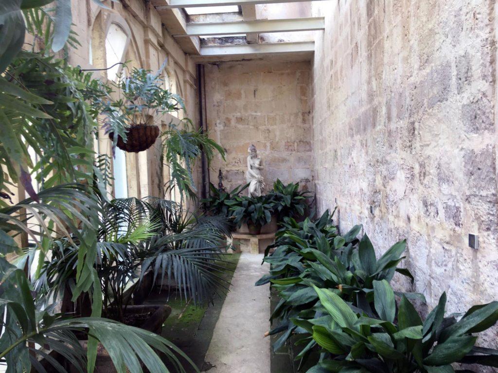 Oranzeria i grota w ogrodzie przy Palazzo Parisio w Naxxar na Malcie
