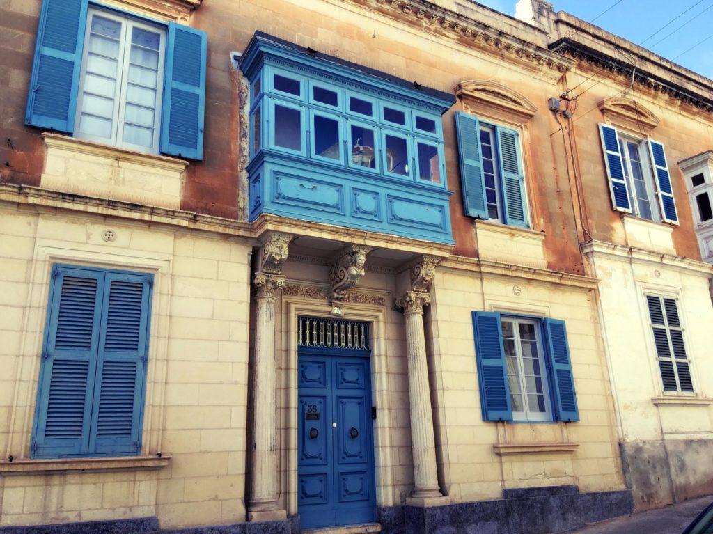 Sliema na Malcie - kolorowe dzrwi, balkon i okiennice