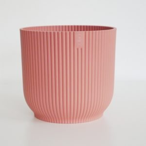 Różowa osłonka do doniczki z tworzywa sztucznego marki Elho